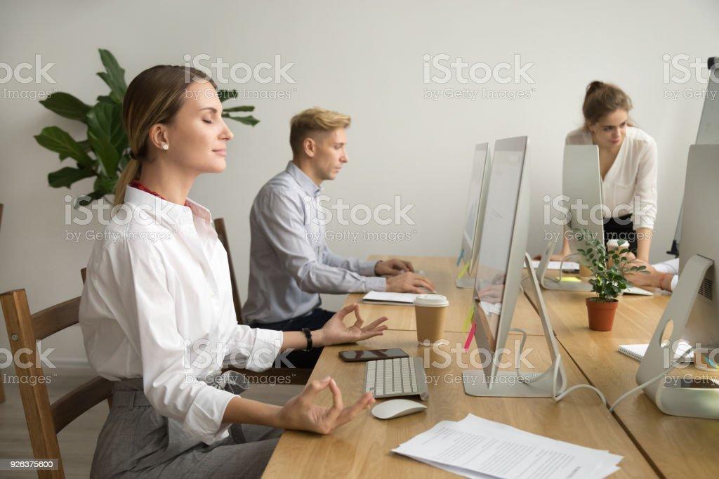 Ruhig Glucklich Geschaftsfrau Meditieren Am Schreibtisch Im Buro Mit