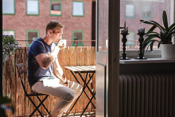 lugn man dricka kaffe på morgonen - summer sweden bildbanksfoton och bilder