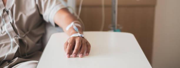 ruhiger patient und infusion - chemotherapie stock-fotos und bilder