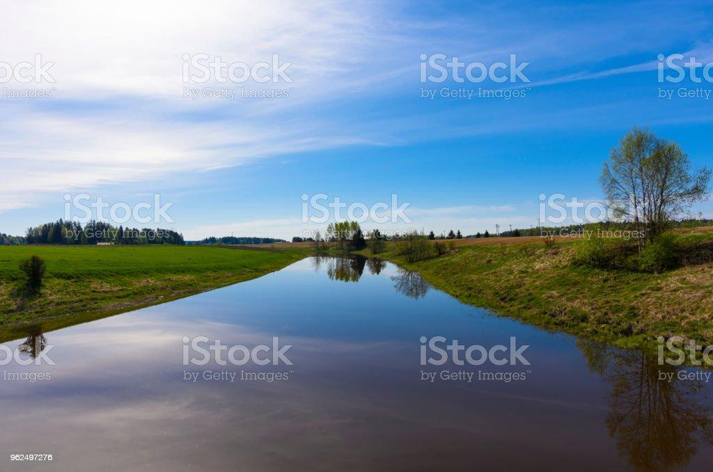 Rio calmo na zona rural - Foto de stock de Agricultura royalty-free