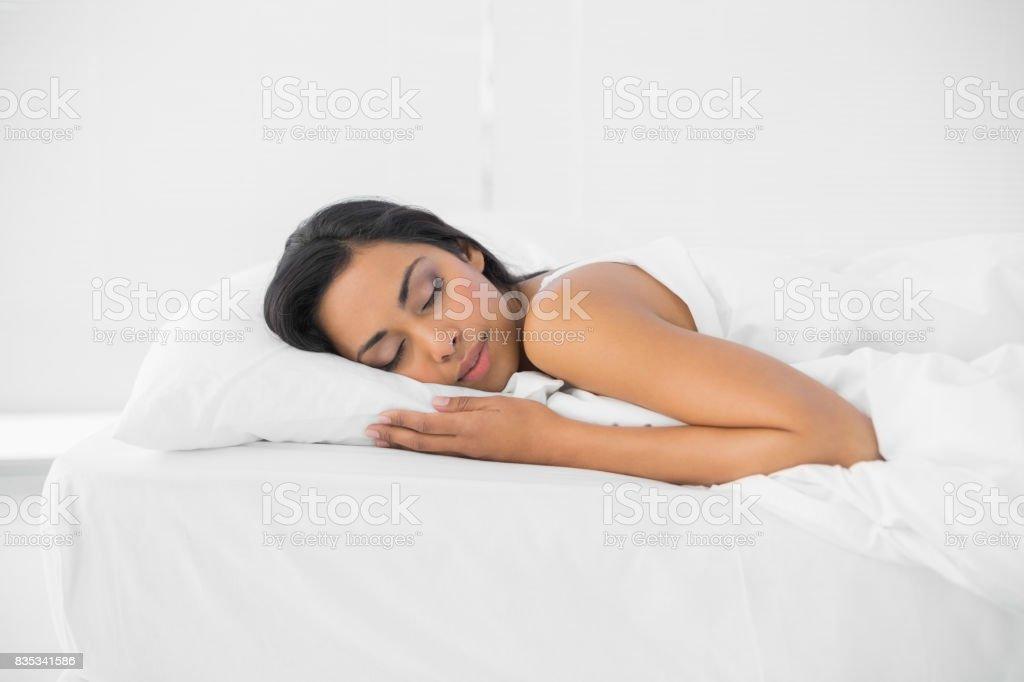 Ruhig schlafenden Frau liegt auf ihrem Bett – Foto
