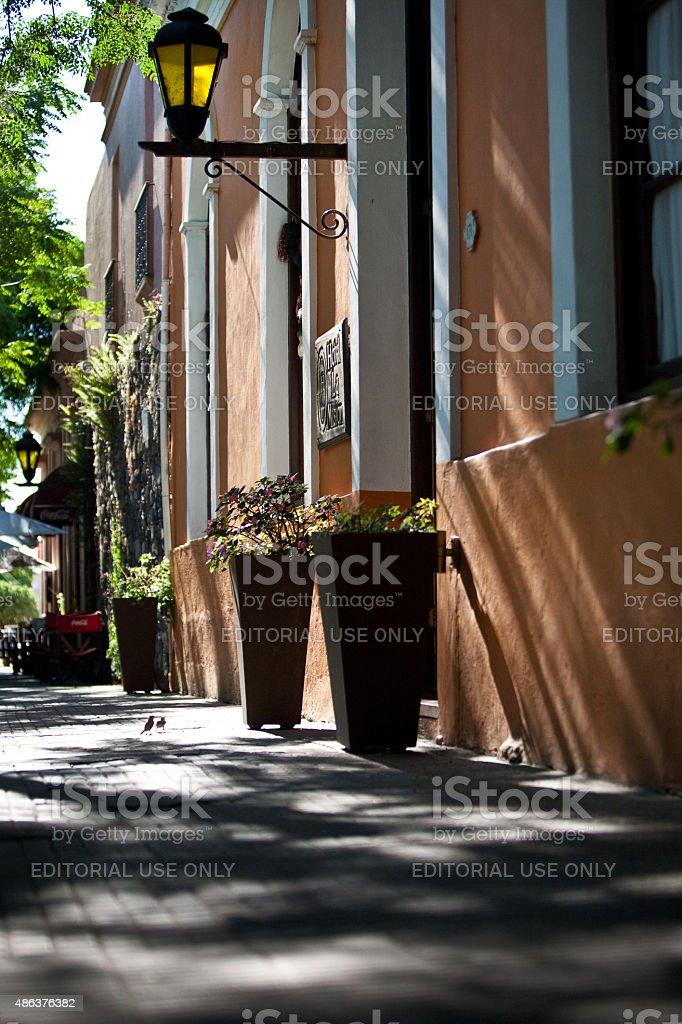 Calma rua calçada em Colonia Del Sacrmento Uruguai - foto de acervo