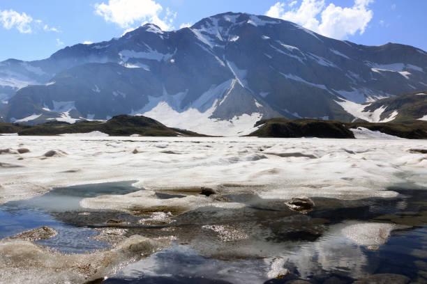 Ruhiger sonniger Tag auf italienischen Alpen, Col del Nivolet, See. Schnee, Eis, Berg – Foto