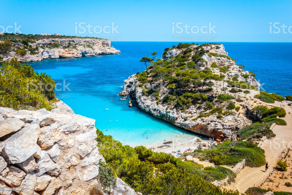 Calo des Moro, Mallorca on a sunny day with people on the beach - foto stock