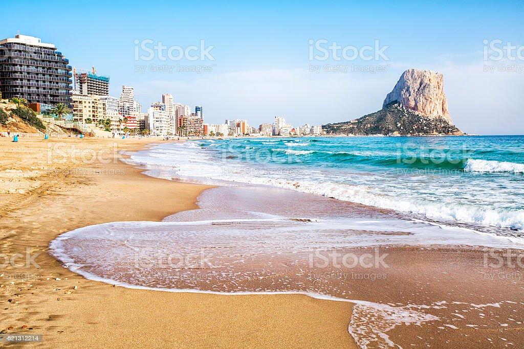 Calpe, Alicante, Arenal-Bol Strand mit Penon de Ifach mountain. – Foto