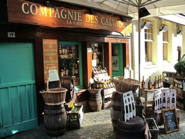 calvados-shop in honfleur, frankreich - mini weinflaschen stock-fotos und bilder