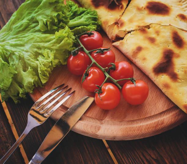 calzone mit tomaten und kopfsalat - kräuterfaltenbrot stock-fotos und bilder