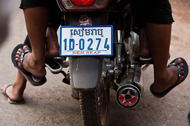 kambodschanische motorrad nummernschild - flip flops reparieren stock-fotos und bilder