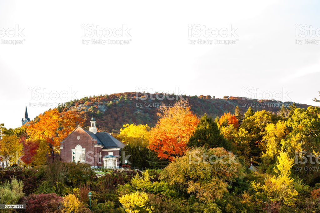 Camden, Maine'de tam sonbahar yaprakları ile Camden Hills State Park Mount Battie içinde belgili tanımlık geçmiş. royalty-free stock photo