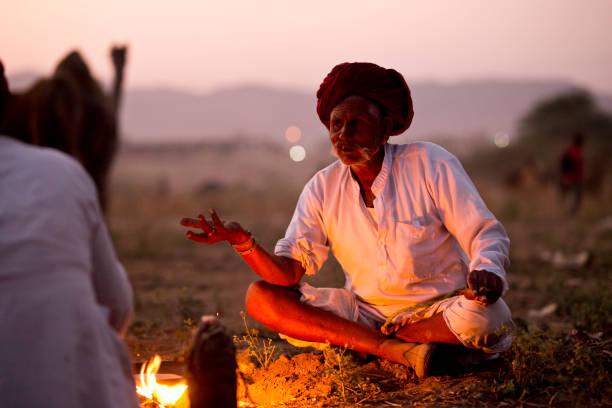 kamel händler garen von speisen in pushkar - revierverhalten stock-fotos und bilder