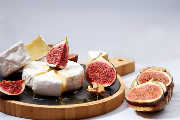 Sándwich de queso camembert con higos, nueces y miel - foto de stock