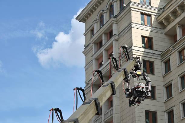 caméra de télévision pendant le tournage dans la rue - camera sculpture photos et images de collection