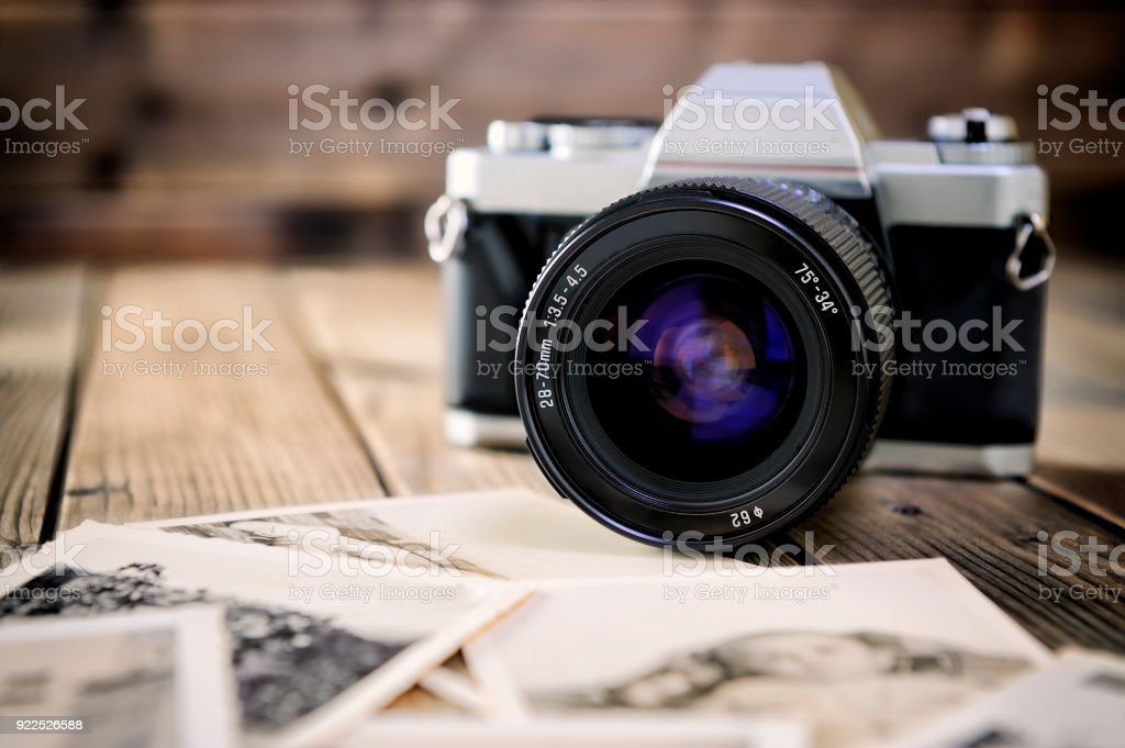 Camera film and vintage prints of aged wooden background. - Foto stock royalty-free di Acciaio