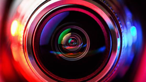 kameraobjektiv mit roter und blauer hintergrundbeleuchtung. makro-fotografie-objektive. horizontale fotografie - fotografische themen stock-fotos und bilder
