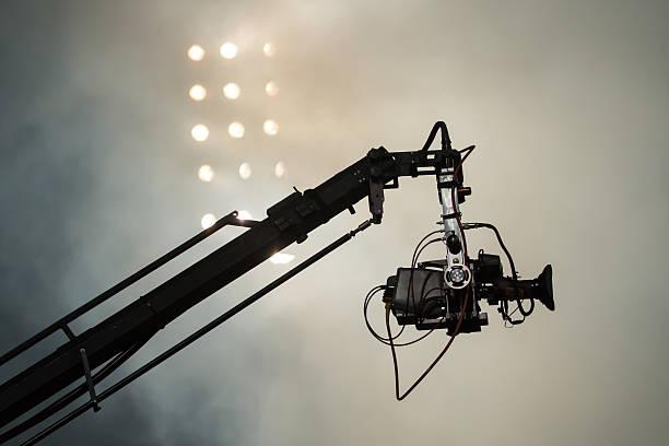 tv-kamera auf einem kran während des muskel- oder konzert - film oder fernsehvorführung stock-fotos und bilder