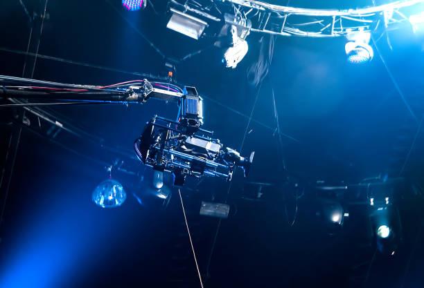tv-kamera auf kran - film oder fernsehvorführung stock-fotos und bilder