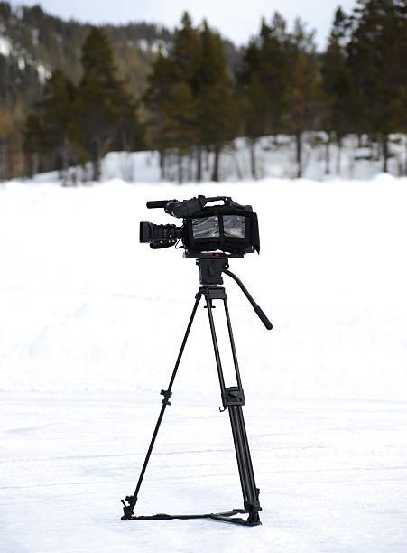 kamera auf schnee - dokumentation stock-fotos und bilder