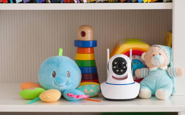 IP-Kamera auf dem Regal mit Spielzeug, dient als ein Babyphone – Foto