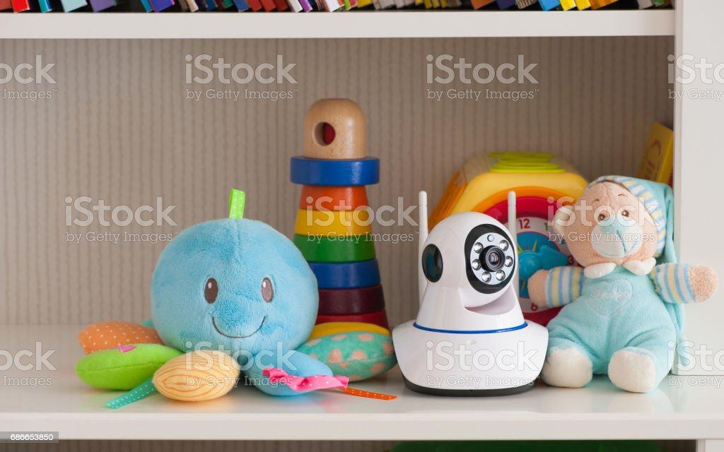IP kamera ile oyuncak bir bebek monitörü olarak hizmet veren, rafta royalty-free stock photo