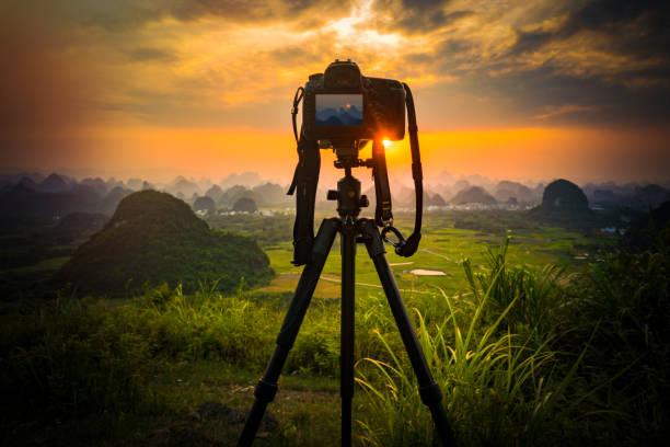camera on tripod and photography view camera with blurred focus landscape of sunset sunrise sun light sky cloud - statyw zdjęcia i obrazy z banku zdjęć