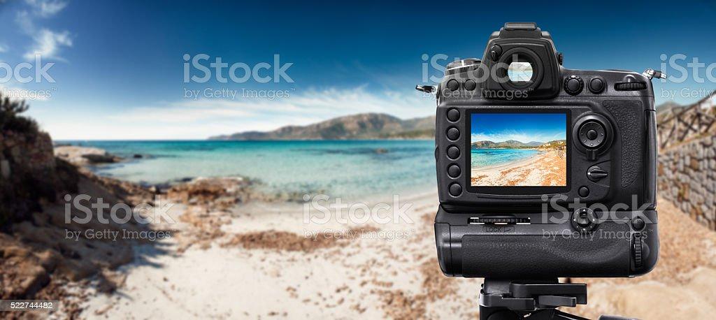 Câmera DSLR para fotos com tripé, na praia - foto de acervo