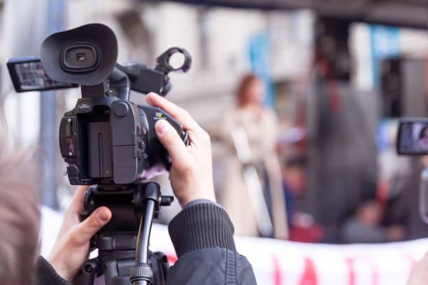 Kameramann nimmt Sprecherin bei öffentlichem Protest auf – Foto