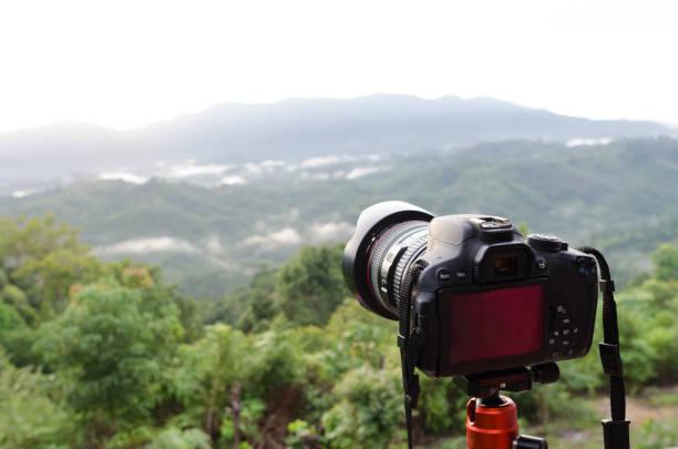 dslr camera set on camera tripod for take a landscape photo in selective focus. - going inside eye imagens e fotografias de stock