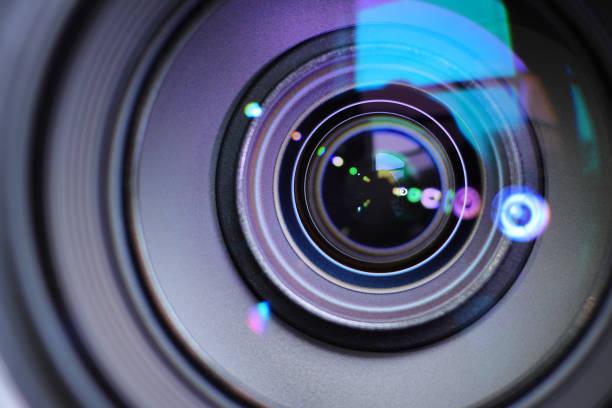camera zoom lens in-of uitzoomen om een scherp beeld te focussen en een foto of video vast te leggen - telelens stockfoto's en -beelden