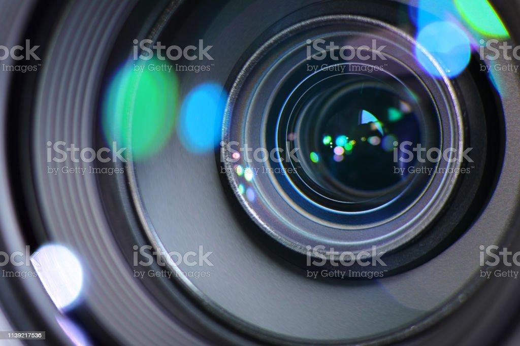 Zoom avant ou arrière de la caméra pour cibler une image nette et capturer une photo ou une vidéo - Photo de Appareil photo libre de droits