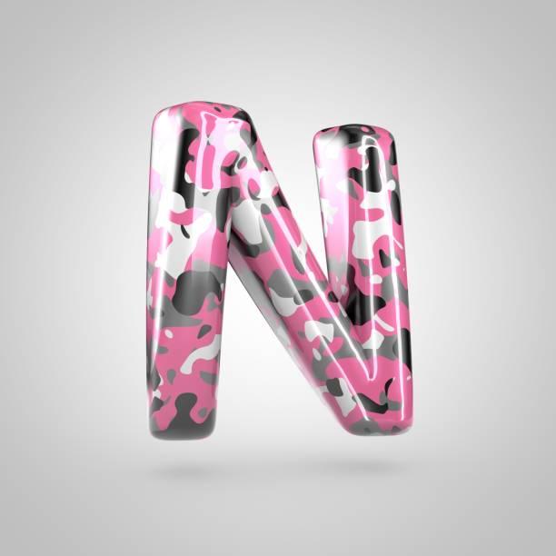 buchstabe n großbuchstaben mit rosa, grau, schwarz / weiß camouflage-muster, die isoliert auf weißem hintergrund zu tarnen. - rosa tarnfarbe stock-fotos und bilder