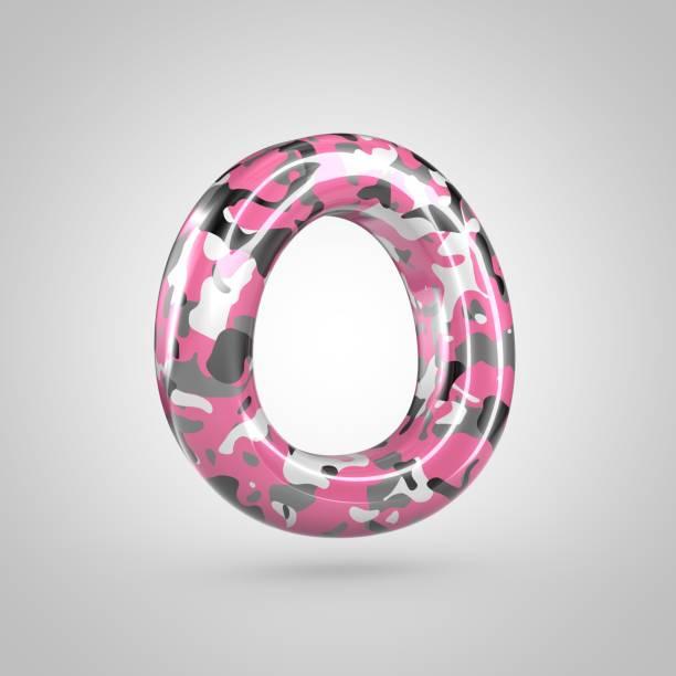 buchstabe o großbuchstaben mit rosa, grau, schwarz / weiß camouflage-muster, die isoliert auf weißem hintergrund zu tarnen. - rosa tarnfarbe stock-fotos und bilder