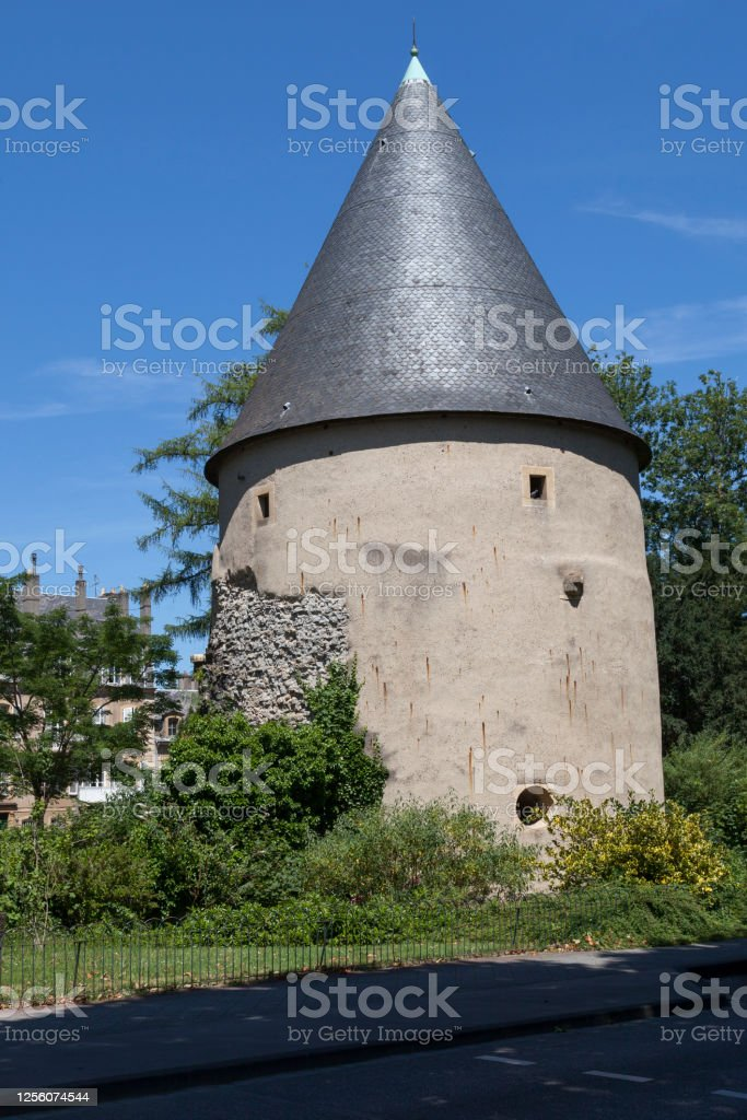 Camouflage tower in Metz The Camoufle tower (French: Tour Camoufle) is a vestige of the old medieval fortified wall of Metz in Moselle. It is one of the rare towers of the medieval walls to have been preserved. Ancient Stock Photo