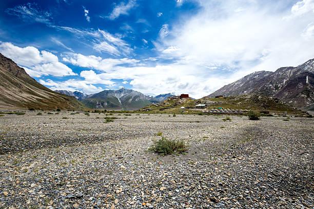 camp on the way to rangdum, north of india - estrada em terra batida - fotografias e filmes do acervo