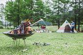 キャンプの屋外の薪