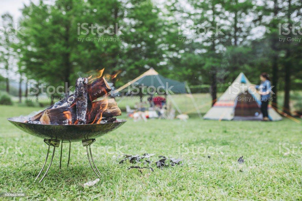 キャンプの屋外の薪 ストックフォト