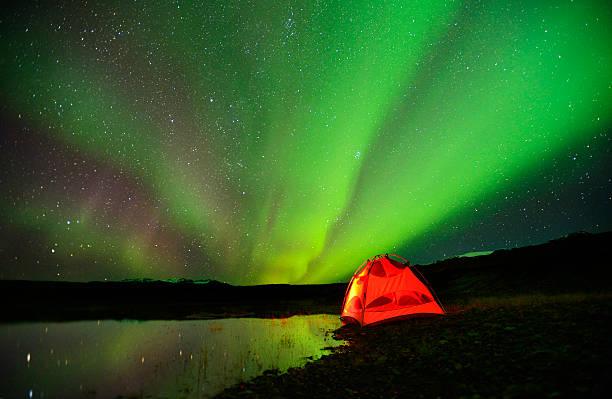 camp, tent and northern lights in iceland - neue abenteuer stock-fotos und bilder