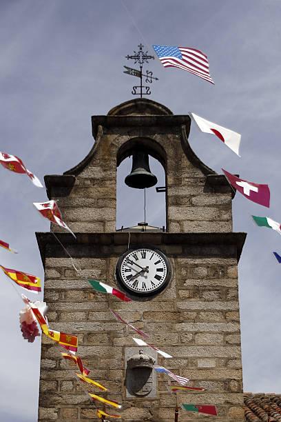 campanario - klokkentoren met luidende klokken stockfoto's en -beelden