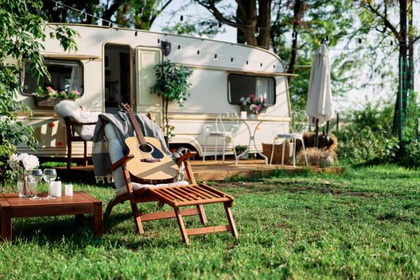 Camping camper en vacaciones de verano - foto de stock
