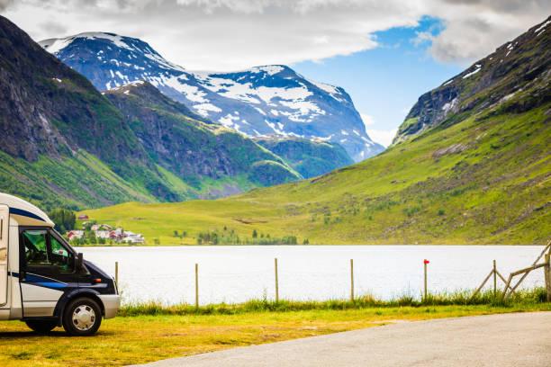 Carro de campista nas montanhas norueguesas - foto de acervo