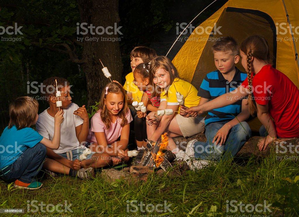Caravanas de estar cerca de fogata de malvavisco - foto de stock