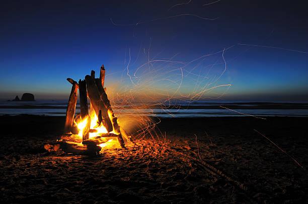 falò sulla shi-shi beach - falò foto e immagini stock