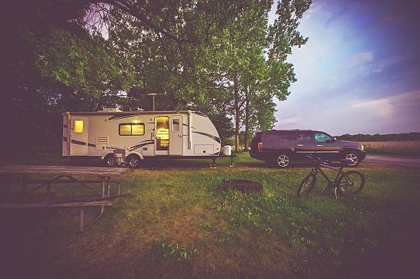 rv camping adventure - caravan stockfoto's en -beelden