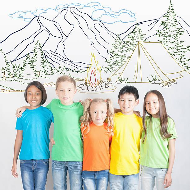 Hoguera de campamento y vacaciones de verano, Grupo de niños en montaje - foto de stock