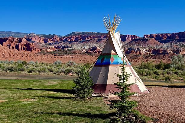 camping im erste nation tipi im amrican wild west. - indianer tipi stock-fotos und bilder