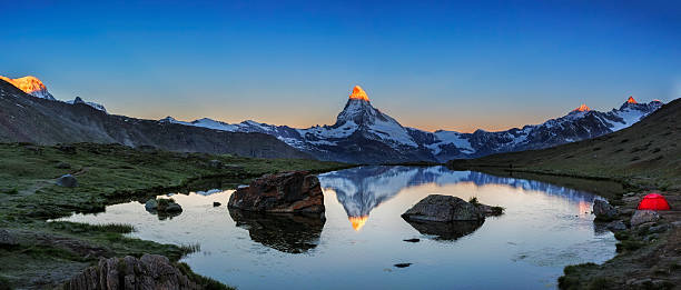 Camping at Matterhorn during sunrise with Stellisee in foreground – Foto