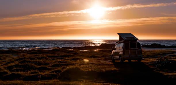 Camping Auto Minivan am Strand bei Sonnenuntergang Lofoten Strand. – Foto
