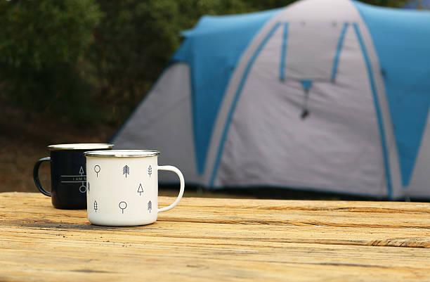 Campamento tazas y tent - foto de stock