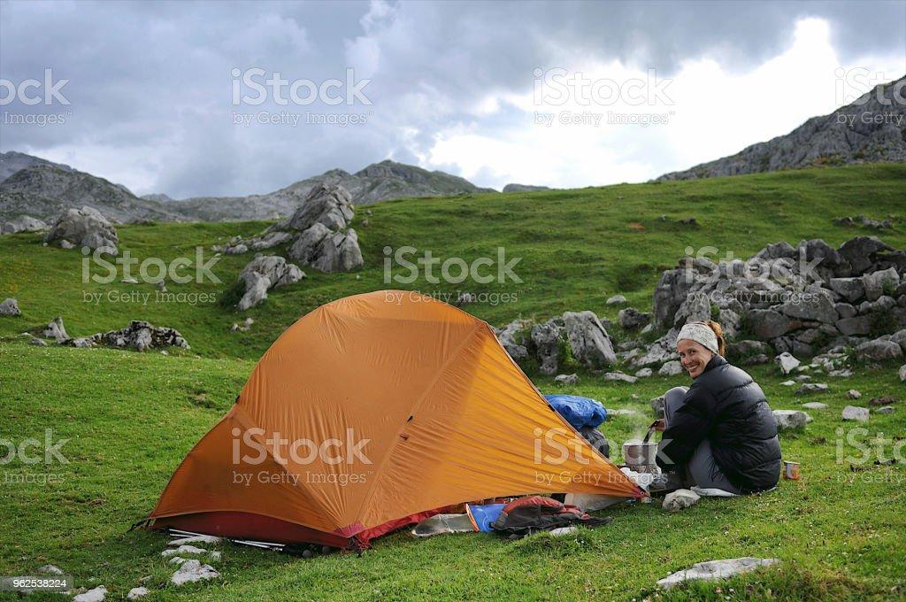Acampamento de preparação de alimentos - Foto de stock de Acampar royalty-free