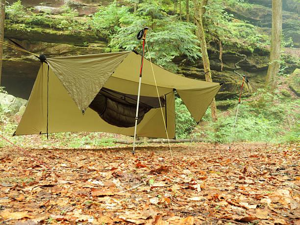 camping hängematte unter plane - planenzelt stock-fotos und bilder
