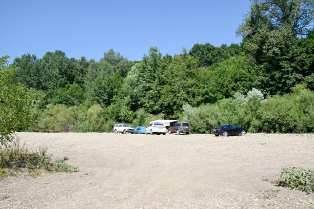 Camping dans la nature. Départ en voiture à la nature de la rivière dans la forêt. - Photo